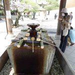 Handen wassen voor tempelbezoek