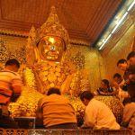 Goud plakken in Mahamuni pagode