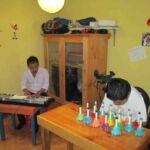 """Muziekles bij Centro Maya. Ondersteund door """"Steun de Mayas"""""""